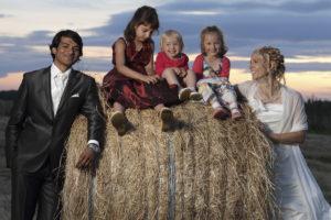 Portrait lors du vin d'honneur des mariés et d'enfants sur une botte de foin dans un champs près d'ayguemorte dans le gard. Sebastien Huruguen