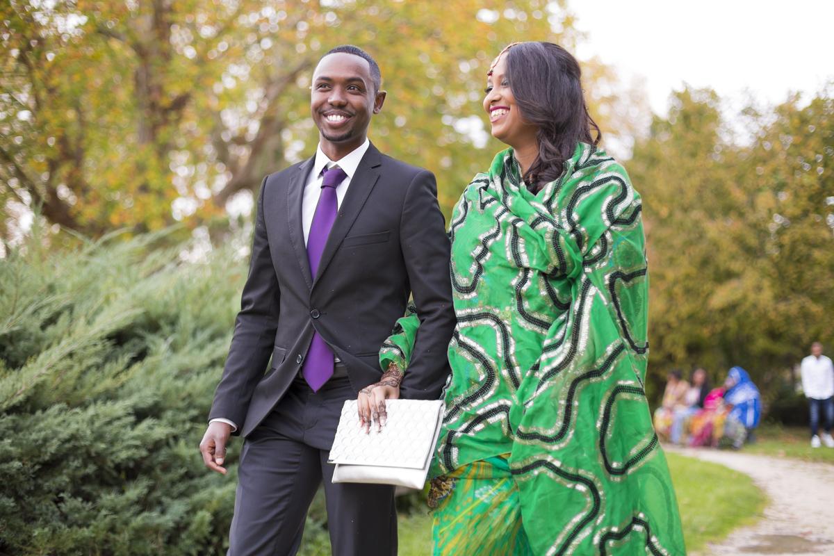 Photographe Mariage Mairie de Merignac Bordeaux Sebastien Huruguen couple souriant just married marchant dans le parc du centre ville en costume et chale vert