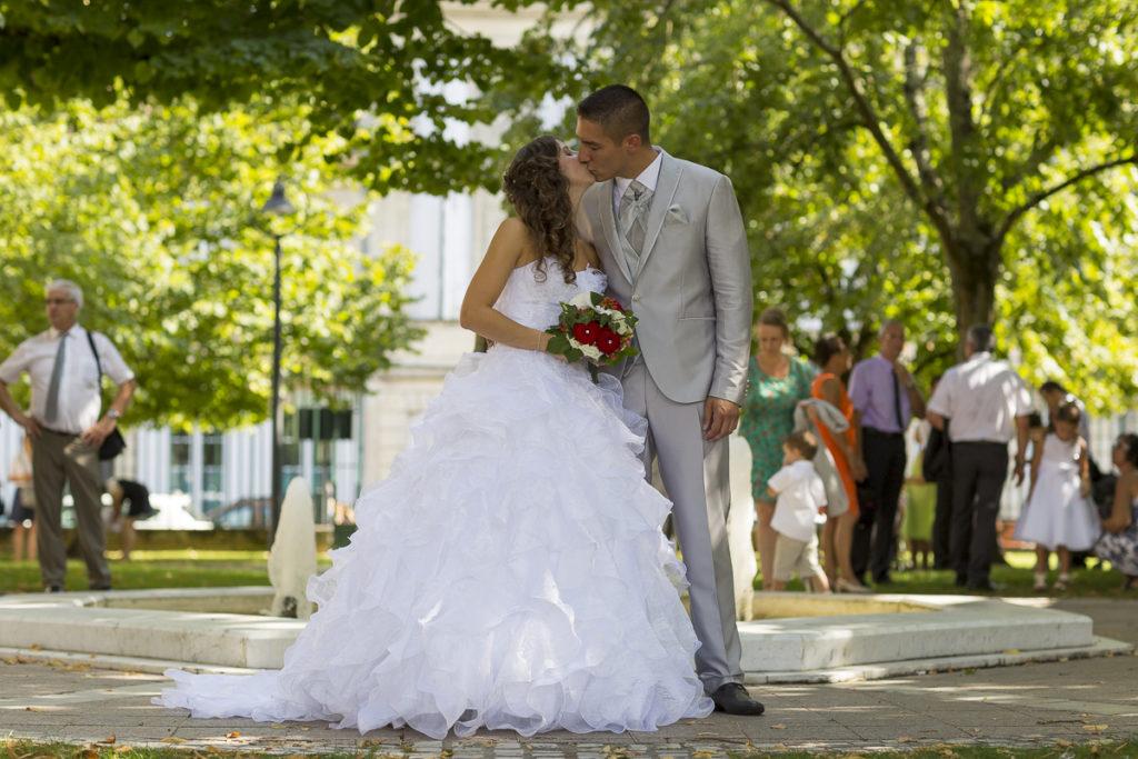 couple de jeune marie a la mairie de marmande sebastien huruguen mariage civile photographe pro mariage bordeaux robe de mariée
