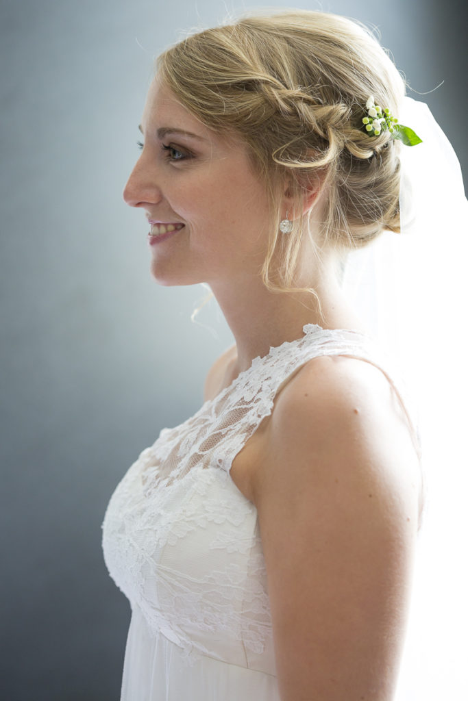 Photo d'une future mariée le jour de son mariage à Bordeaux, après la séance de coiffure et maquillage réalisée par Pauline B et l'essayage de sa robe de mariée. Photographe mariage Bordeaux sebastien huruguen