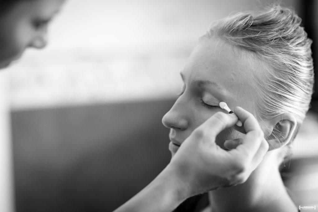 Préparatifs de mariage maquillage de la mariée photo en noir et blanc - Sébastien Huruguen Photographe Mariage Bordeaux