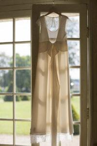 robe-de-mariée-loraFolk-felicie-oh-oui-sebastien-huruguen-photographe-mariage-bordeaux-contre-jour-fenetre