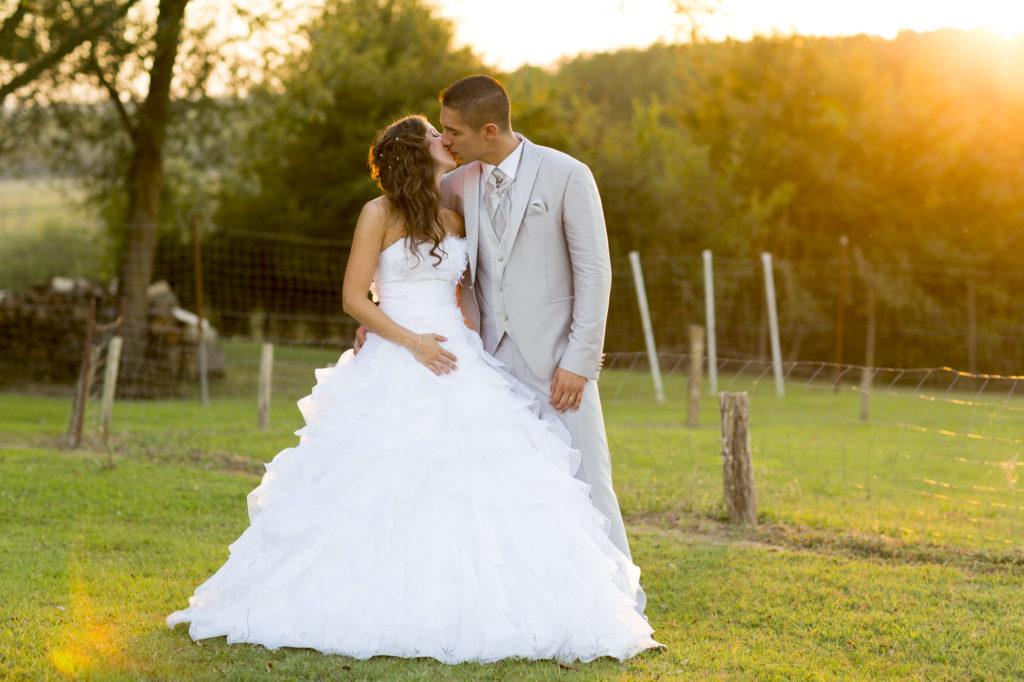 Sebastien Huruguen photographe de mariage a bordeaux couple de mariés mariage a marmande lumiere coucher de soleil dans un champs