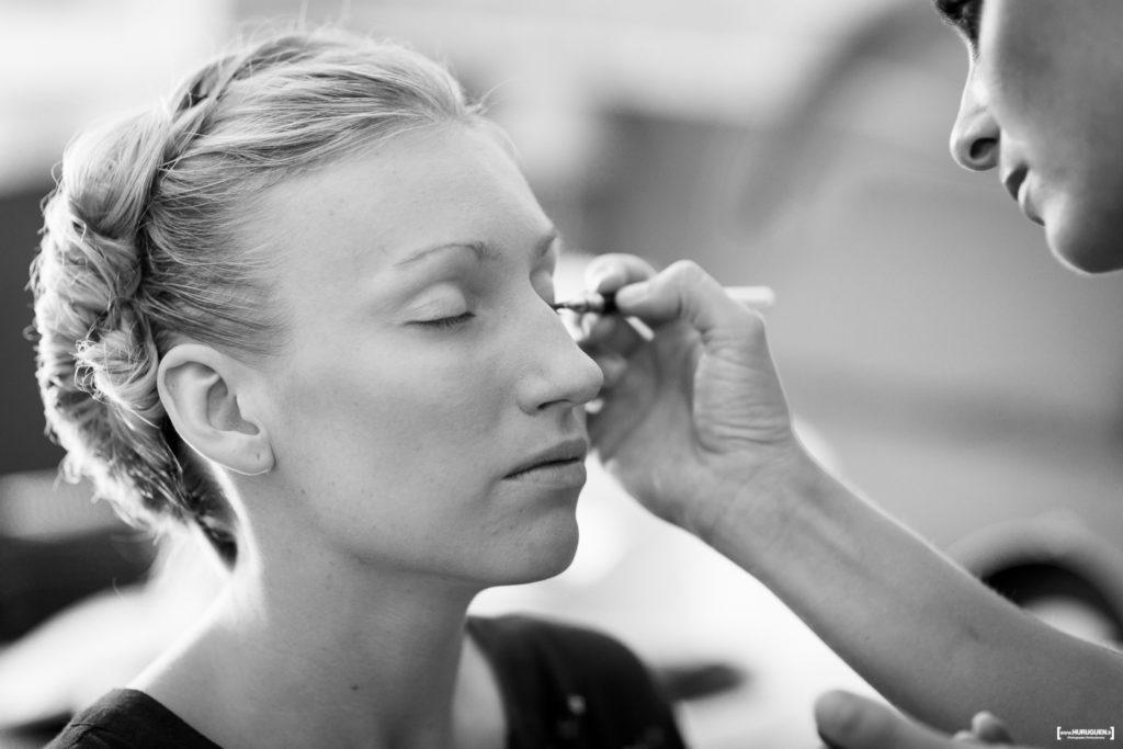 Photographe de mariage à Bordeaux Sébastien Huruguen saisit l'instant où la mariée se fait mettre en beauté par sa maquilleuse le jour de son mariage préparatifs