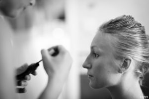 sebastien-huruguen-photographe-de-mariage-bordeaux-portrait-de-la-mariee-en-train-de-se-faire-maquiller-prepartifs