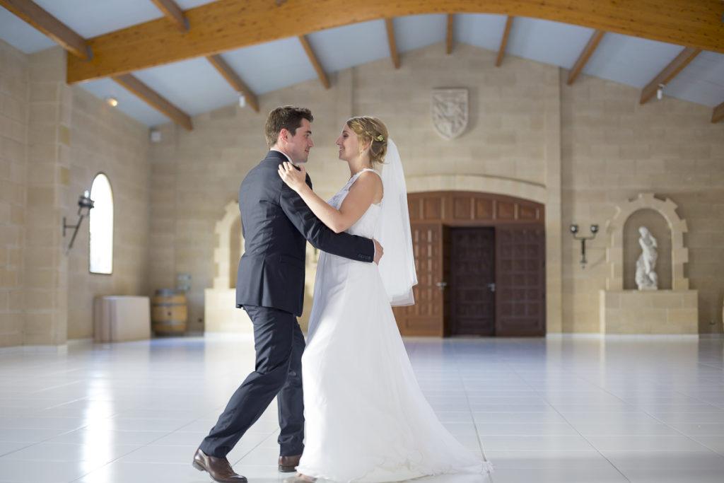 Couple de jeunes mariés dansent dans la salle du Chateau à Yvrac dans la banlieue de Bordeaux - Sébastien Huruguen