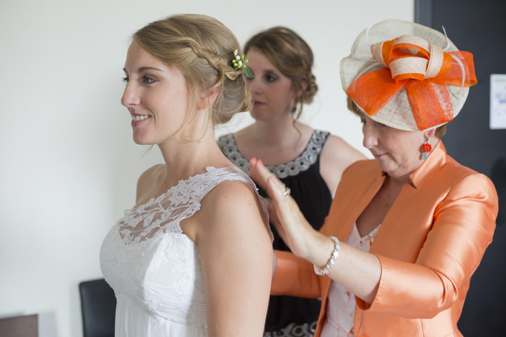 Sebastien Huruguen Photographe Mariage Bordeaux essayage robe de mariee preparatifs portait sourire