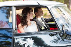 joli couple de mariés dans une jolie voiture ancienne en Gironde sous l'oeil du photographe de mariage à Bordeaux Sébastien Huruguen
