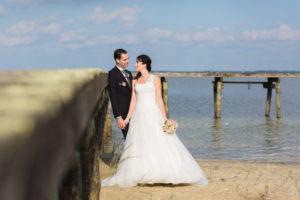 couple de jeunes mariés au bord du lac de carcans en Gironde sous l'oeil du photographe de mariage à Bordeaux Sébastien Huruguen