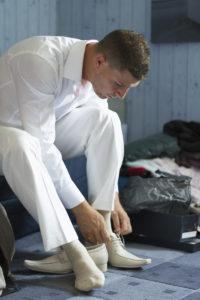 photographe mariage biordeaux preparatifs du mariés costume blanc à Bruges Sebastien Huruguen