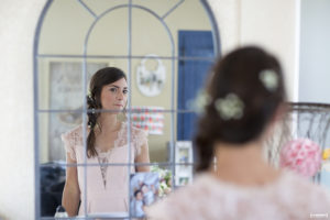sebastien-huruguen-photographe-mariage-gironde-bordeaux-preparatifs-demoiselle-honneur-maquillage-Aurelie-MUA-armonia-essentielle-Laura-coiffure-beaute-nuptiale-33-reflet-miroir