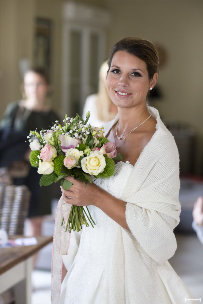 sebastien-huruguen-photographe-mariage-gironde-bordeaux-preparatifs-mariee-bouquet-fleurs-maquillage-Aurelie-MUA-armonia-essentielle-Laura-coiffure-beaute-nuptiale-33