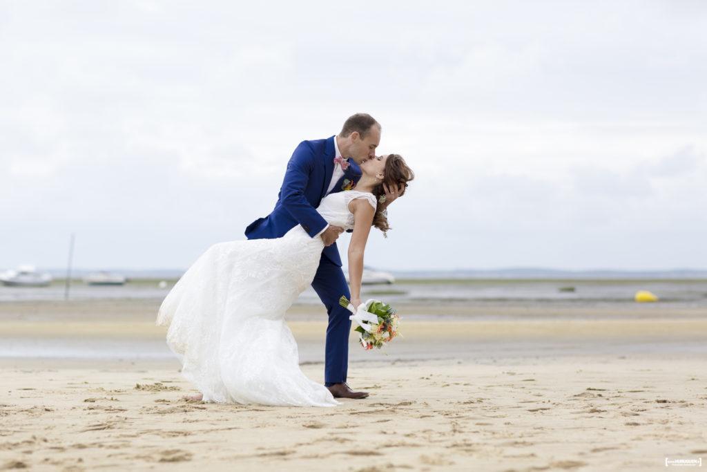 sebastien-huruguen-photographe-mariage-laique-sur-la-plage-lanton-gironde-aquitaine-bassin-arcachon-couple-baiser-renverse
