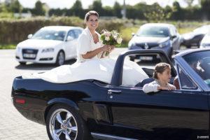 sebastien-huruguen-photographe-mariage-saint-loubes-gironde-bordeaux-vignes-soleil-septembre-ceremonie-civile-ford-mustang-decapotable-mariee