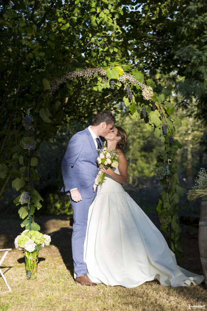 sebastien-huruguen-photographe-mariage-saint-yzan-de-soudiac-gironde-bordeaux-vignes-soleil-septembre-ceremonie-laique-arche