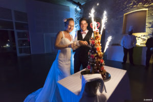 Les mariés coupent le gateau de mariage au chateau d'agassac à Ludon-Médoc soirée de mariage à Bordeaux photographe mariage Bordeaux Sebastien Huruguen