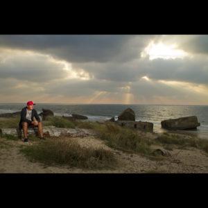autoportrait du photographe professionnel de mariage à Bordeaux Sébastien Huruguen photographié sur les dunes de Capbreton dans les Landes sur un fond de coucher de soleil