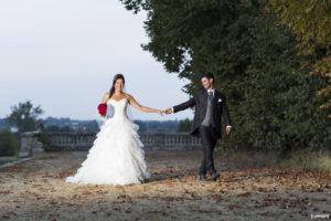 couple de jeunes mariés dans le parc du chateau de la Dame Blanche au Chateau du Taillan en Gironde sous l'oeil du photographe de mariage à Bordeaux Sébastien Huruguen