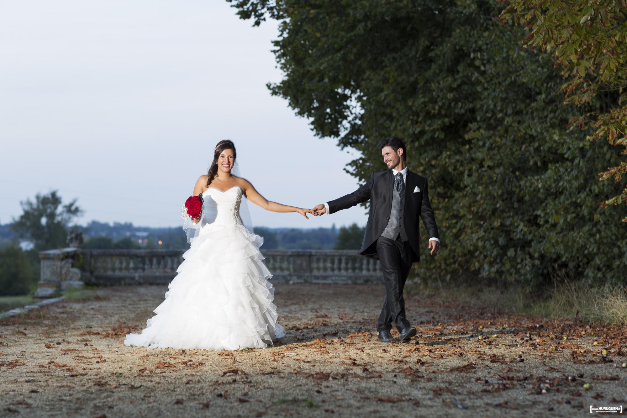 Couple de jeunes mariés se tenant par la main au Chateau La Dame Blanche Le Taillan Médoc dans la région de Bordeaux Sebastien Huruguen photographe mariage