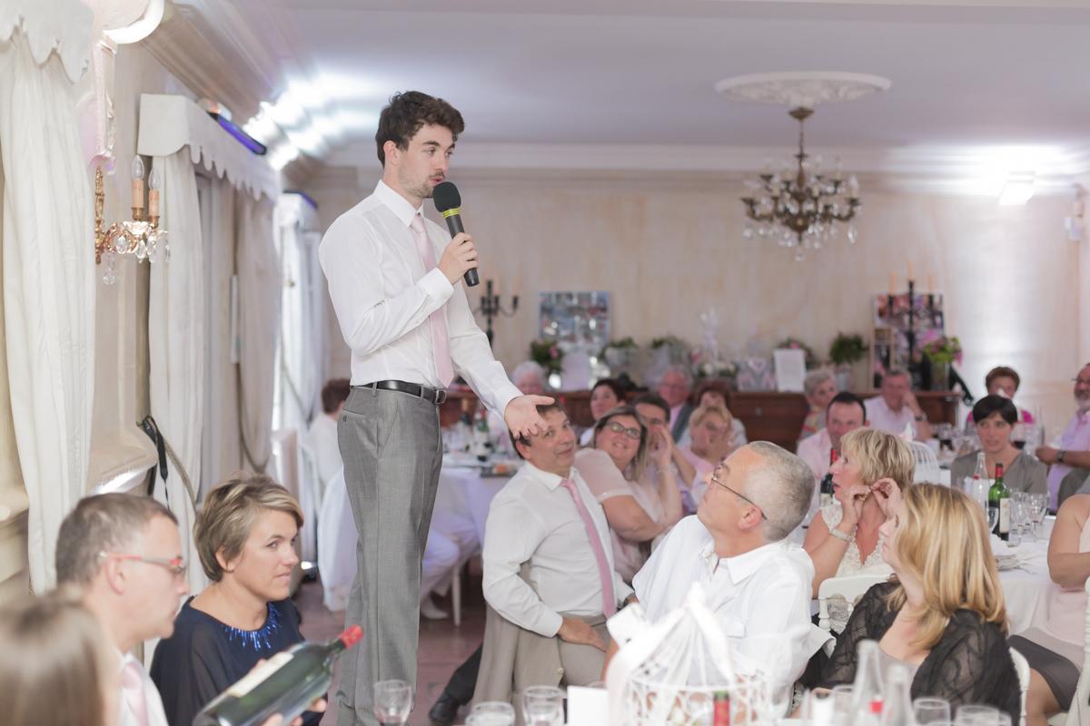 discours du témoin et frère de la mariée lors du repas de mariage au chateau a Martillac dans le bordelais