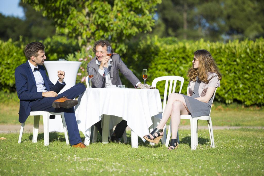 Aperitif reception vin d'honneur dans le jardin du chateau lafitte laguens à Yvrac pour un mariage