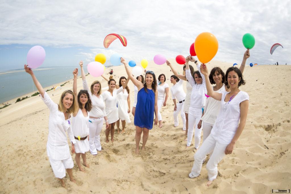 seance photo EVJF entre copines à la dune du pyla a arcachon parapente ballons colores tout en blanc sur le sable ciel bleu sebastien huruguen mariage bordeaux