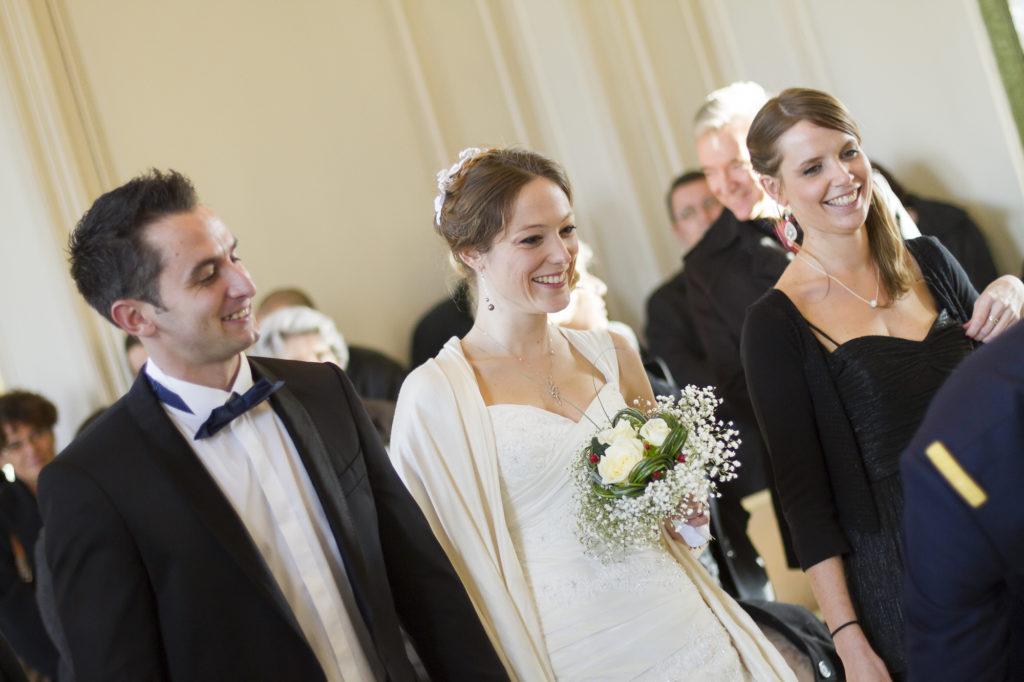 photographe de mariage à Bordeaux Sébastien Huruguen couple de jeunes mariés à la mairie de Talence