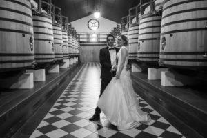 jeunes mariés dansCouple de jeunes mariés dans la Salle du Cuvier du Château Pape-Clement à Pessac, Bordeaux, Gironde (France) par le photographe de mariage bordelais Sébastien Huruguen