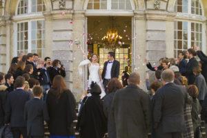 sebastien huruguen photographe de mariage a Bordeaux lancés de confetis bonheur mariés talence