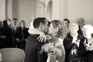 Sebastien Huruguen photographe de mariages à Bordeaux couples de mariés s'embrassent cérémonie civile Talence Peixotto