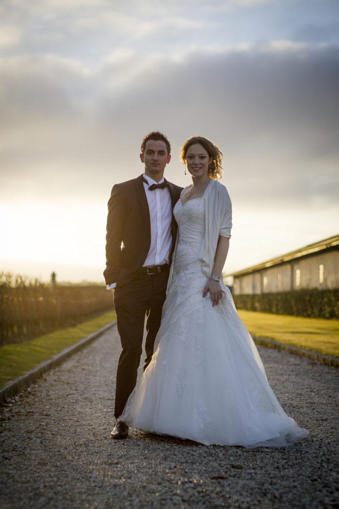 Couple de jeunes mariés posant dans les vignes du Château Pape-Clément Bernard Magrez Luxury Wine Experience sous l'oeil du photographe de mariages à Bordeaux Sébastien Huruguen