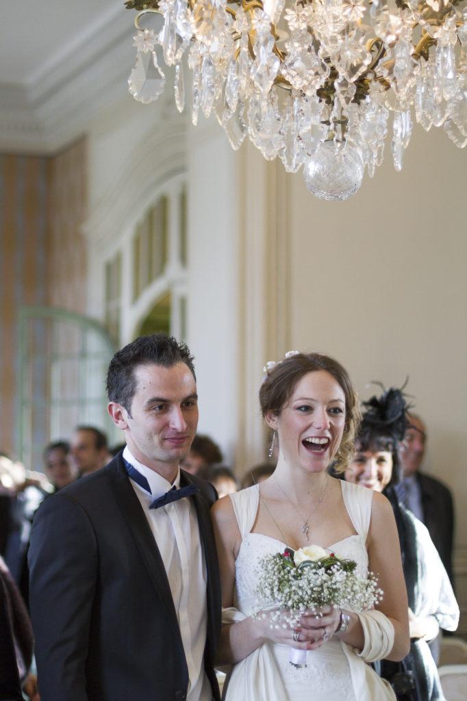 éclats de rires de la mariée tenant son bouquet lors du mariage civile a la mairie de Talence peixotto sebastien huruguen sourires mariages photographe bordeaux