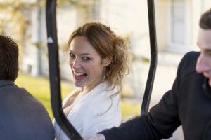 mariée tout sourire au chateau pape-clément de Pessac par le photographe de mariage à Bordeaux Sebastien Huruguen