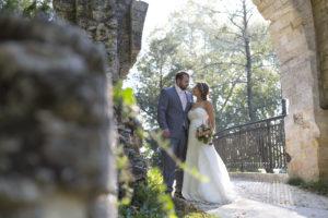 couple de jeunes mariés lors de leur séance trash the dress au parc Majolan à Blanquefort proche de Bordeaux par le photographe de mariage bordelais Sébastien Huruguen