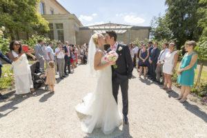 mariage-chateau-agassac-ludon-medoc-sebastien-huruguen-photographe-blanquefort-baiser-sortie-mairie