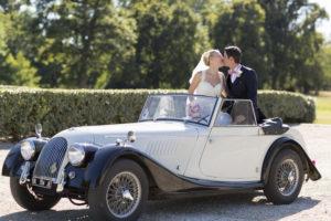 mariage-chateau-agassac-ludon-medoc-sebastien-huruguen-photographe-bordeaux-couple-maries-embrassent-voiture