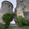 sebastien-huruguen-photographe-mariage-bordeaux-photos-couple-au-pied-du-chateau-medieval-de-langoiran-libourne-gironde-belle-photo-de-mariage-wedding-marches