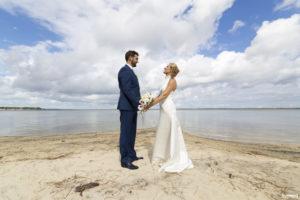 Couple de mariés au bord du lac de carcans maubuisson hourtin près de Bordeaux dans le sud de la france en Nouvelle Aquitaine - Sebastien Huruguen photographe mariage