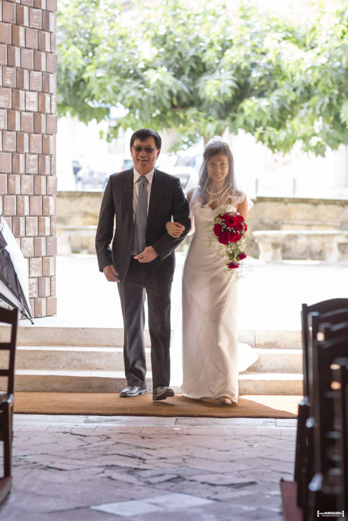 arrivee-de-la-mariee-au-bras-de-son-pere-eglise-macau-photographe-mariage-bordeaux-sebastien-huruguen