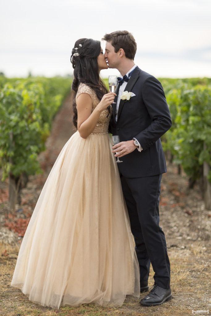 mariés qui s'embrassent devant les vignes à Macau