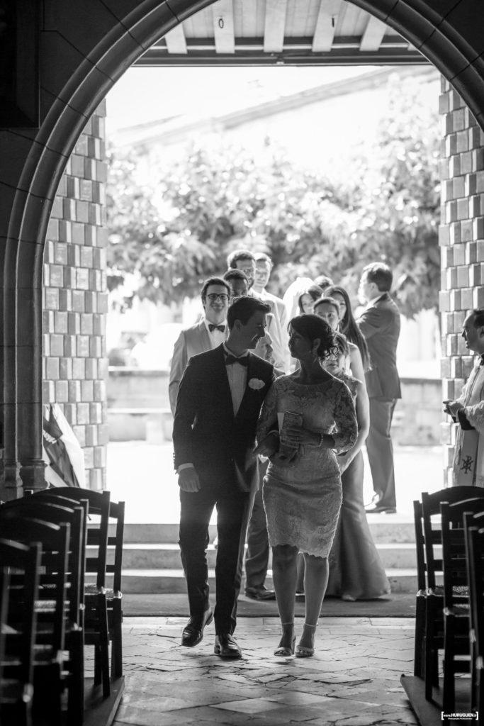 l'entrée du marié au bras de sa mère dans l'église de macau