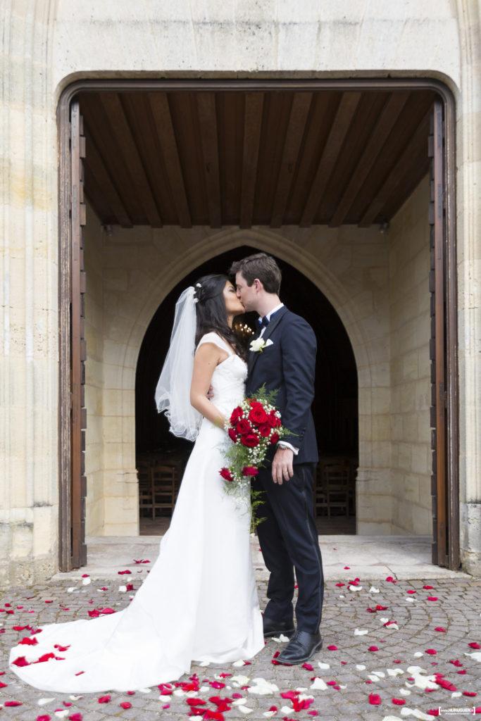 love amour mariage pétales de roses rouges et blanche
