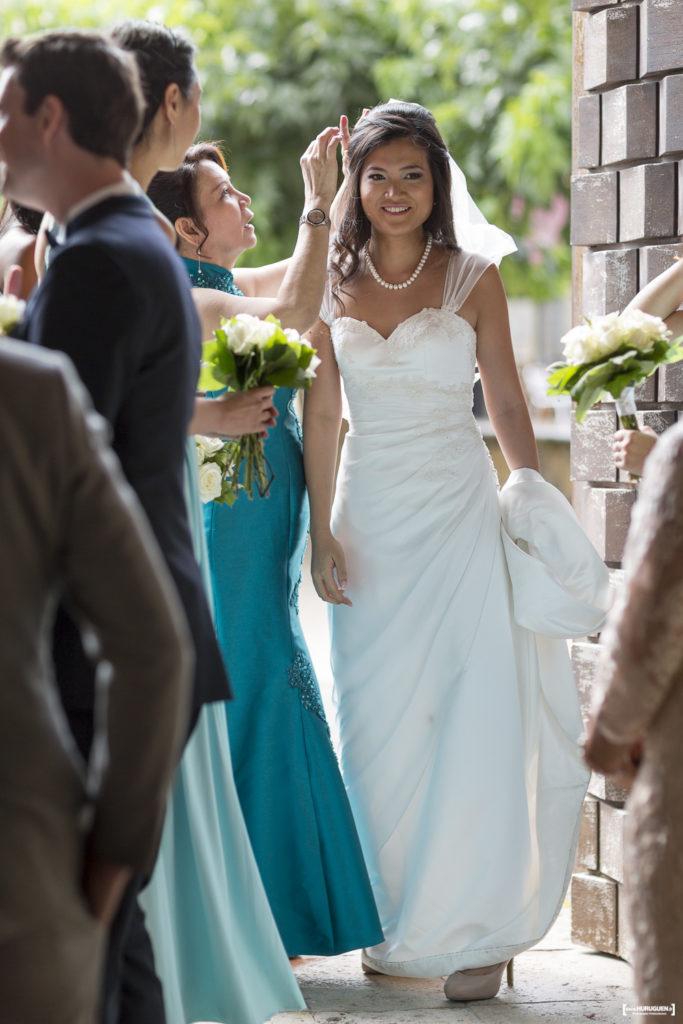 la future mariée prête à faire son entrée à l'église