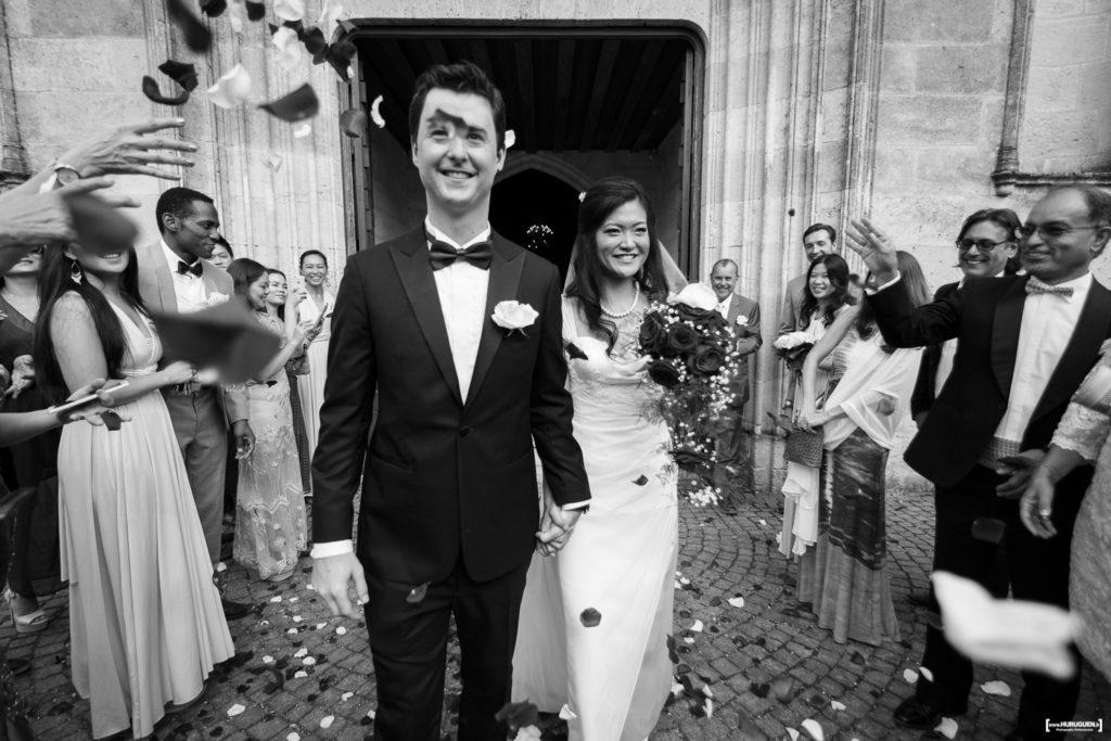 jete-de-roses-pour-celebrer-les-maries-sortie-eglise-photographe-mariage-bordeaux-sebastien-huruguen