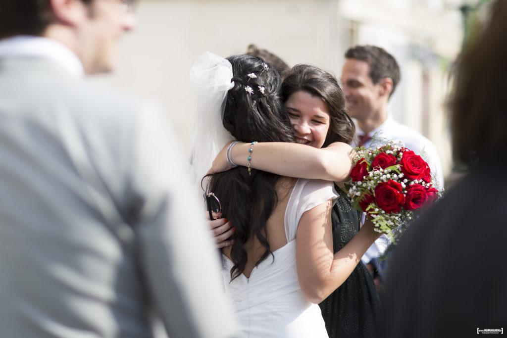 la-mariee-felicitee-par-sa-famille-et-ses-amis-photographe-mariage-bordeaux-sebastien-huruguen