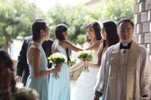 les demoiselles d'honneurs dans leurs robes bleu ciel avec la future mariée