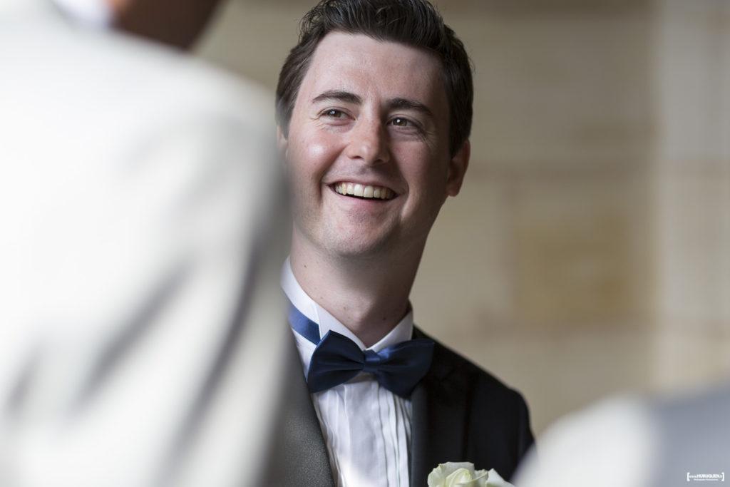 portrait du marié tout sourire avant le début de la cérémonie