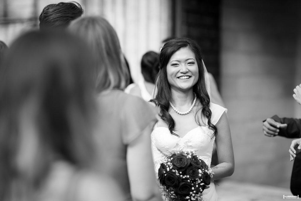 le sourire de la mariée à la sortie de l'église mariage Bordeaux Sebastien Huruguen