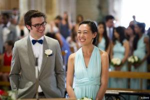 les témoins de mariage tout sourire dans l'église