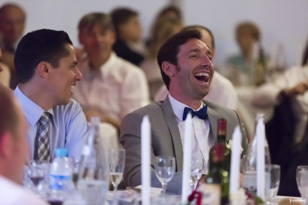 les rires des invités à la soirée du mariage